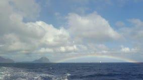 Sikt av regnbågen mot blå himmel med moln i Indiska oceanen, Mauritius Island stock video