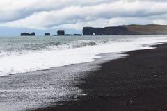 sikt av Reynisfjara strand- och Dyrholaey udde Royaltyfri Foto