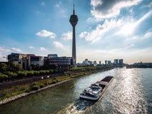 Sikt av Rhentornet och massmediahamnen Arkivbilder