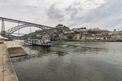 Sikt av Ribeira den historiska fjärdedelen, på emen för marginalDouro flod Arkivbilder