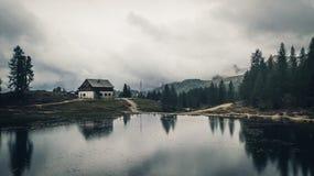 Sikt av Rifugio Palmieri på sjön Croda da Lago ` Ampezz för Cortina D Arkivbild