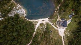 Sikt av Rifugio Palmieri på sjön Croda da Lago ` Ampezz för Cortina D Arkivfoton
