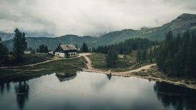 Sikt av Rifugio Palmieri på sjön Croda da Lago ` Ampezz för Cortina D Royaltyfri Fotografi