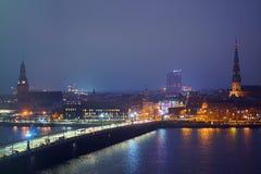 Sikt av Riga, vid natt, som sett från det nationella arkivet royaltyfria bilder