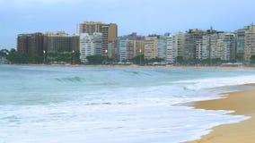 Sikt av Rio de Janeiro Beach med vågorna av det South Pacific havet lager videofilmer