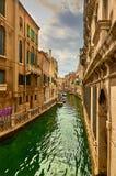 Sikt av Rio Marin Canal med fartyg och gondoler från Ponten de la Bergami i Venedig, Italien Venedig är ett populärt Royaltyfria Bilder
