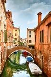 Sikt av Rio Marin Canal med fartyg och gondoler från Ponten de la Bergami i Venedig, Italien Venedig är ett populärt Royaltyfri Fotografi