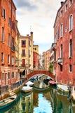 Sikt av Rio Marin Canal med fartyg och gondoler från Ponten de la Bergami i Venedig, Italien Venedig är ett populärt Arkivbild