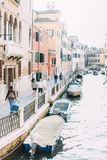 Sikt av Rio Marin Canal med fartyg och gondoler fr?n Ponten de la Bergami i Venedig, Italien Venedig ?r en popul?r turistdes arkivfoto