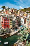 Sikt av Riomaggiore från havet fotografering för bildbyråer