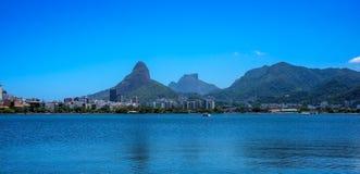 Sikt av Rodrigo de Freitas Lagoon, Dois Irmaos berg och Pedr royaltyfri fotografi