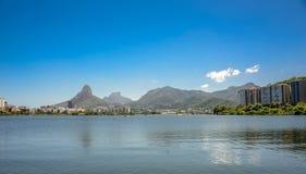 Sikt av Rodrigo de Freitas Lagoon, Dois Irmaos berg och Pedr arkivfoto