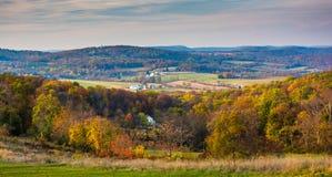 Sikt av Rolling Hills i lantliga Frederick County, Maryland royaltyfri foto