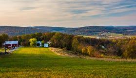 Sikt av Rolling Hills i lantliga Frederick County, Maryland Royaltyfri Bild