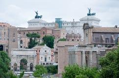 Sikt av Roman Forum med bakgrundsvittorialen Arkivfoto