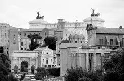 Sikt av Roman Forum med bakgrundsvittorialen Royaltyfria Bilder