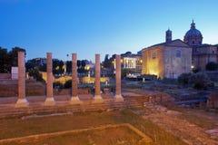 Sikt av Roman Forum vid natt Arkivfoto