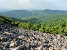 Sikt av rullning av gröna berg arkivfoto