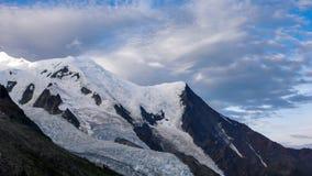 Sikt av rutten för stigning för norrsida av Mont Blanc i Chamonix royaltyfria bilder