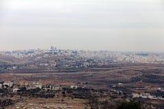 Sikt av säkerhetsstaketet och Ramallahen från monteringen av profeten Samuel Royaltyfri Bild