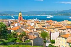 Sikt av sainten-Tropez med havet och den blåa skyen fotografering för bildbyråer