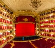 Sikt av salongen och etappen av teaterLa Scala i Milan, Italien arkivbild