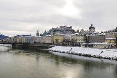Sikt av Salzburg horisont med Festung Hohensalzburg och flod Salzach i vinter royaltyfri foto