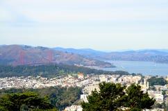 Sikt av San Francisco, Kalifornien och Golden gate bridge från tvilling- maxima Royaltyfri Bild