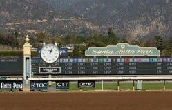 Sikt av Santa Anita Park Finish Line och Tote Board Arkivbild
