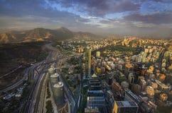 Sikt av Santiago de Chile med bergskedja för Los Anderna i baksidan arkivfoto