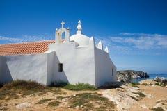 Sikt av Santo Estevão (Sts Stephen kapell), en tempel som byggs i vagga i den Baleal byn, Peniche, Portugal Arkivfoto