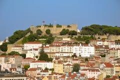 Sikt av saoen Jorge Castle från det Baixa (centrum) området av Lissabon, Portugal En av gränsmärkena av den portugisiska capitaen Royaltyfri Bild