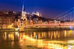 Sikt av Saone River, berömd kyrka i den Lyon staden på aftonen Fotografering för Bildbyråer