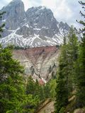Sikt av Sass De Putia Peitlerkofel från Passo delle Erbe i dolomitesna, Italien fotografering för bildbyråer