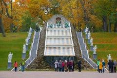 Sikt av schackbergkaskaden i den Oktober eftermiddagen Komplex av springbrunnar av Peterhof Arkivfoto