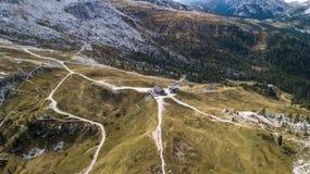 Sikt av Scoiattolien som förlägga i barack i Cinque Torri ` Ampezzo, D för Cortina D Arkivfoto