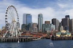 Sikt av Seattle från havet med ferrishjulet Arkivfoto