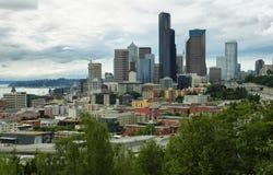 Sikt av Seattle horisont från Jose Rizal Park Arkivbild