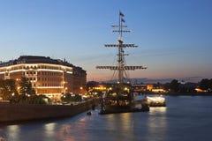 Sikt av segelbåten för flygholländare på den Mytninskaya invallningen i en sommarnatt i St Petersburg royaltyfria foton