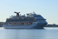 Sikt av av seglingen för kryssningskepp in i Halifax, Nova Scotia hamn Fotografering för Bildbyråer