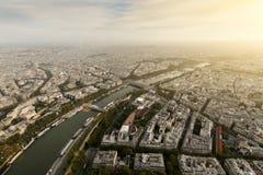 Sikt av Seinen och dess promenad med Eiffeltorn Royaltyfri Foto