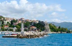 Sikt av semesterortstaden av Herceg Novi och fästning av den forte- stoen från havet, Montenegro royaltyfri bild