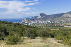 Sikt av semesterortstaden av Sudak från bergssidan crimea royaltyfria foton