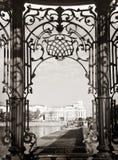 Sikt av Sevastianov'sens herrgård till och med härliga sned smidesjärnstänger, Ekaterinburg royaltyfria bilder