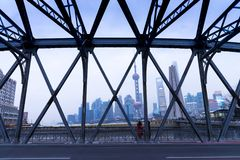 sikt av Shanghai cityscape med stålbrostrukturen, hög ris Arkivbilder