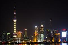 Sikt av Shanghai Pudong horisont på natten Royaltyfri Bild