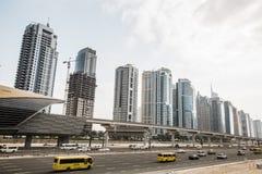Sikt av Sheikh Zayed Road skyskrapor i Dubai, UAE Royaltyfria Bilder