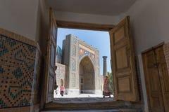 Sikt av Sher-Dor Madrasah i Samarkand, Uzbekistan Royaltyfri Bild