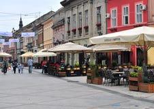 Sikt av shoppinggatan i den Novi Sad staden, Serbien Arkivbilder