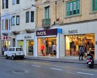 Sikt av shoppinggatan i den Sliema staden, Malta Arkivbild